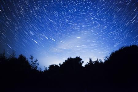 Nachthimmel, Sterne Wanderwege und der Wald