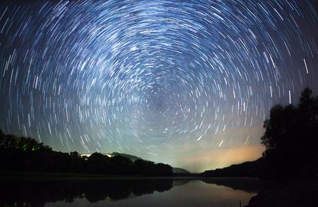 美しい夜空、天の川、星の軌跡と木