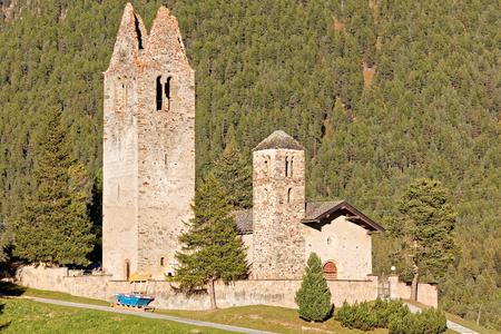 Sonnenuntergang an der Kirche San Gian mit ihrem zerstörten Glockenturm bei Celerina/St. Moritz, Schweiz