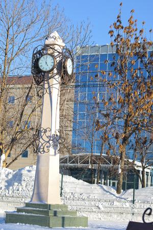orologi antichi: il monumento. orologi antichi. Sfondo blu inverno