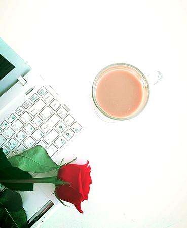 white laptop: Computer portatile bianco e tazza di caff�