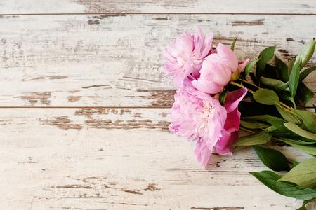 흰색 빛 소박한 나무 배경에 멋진 분홍색 모란. 공간, 꽃 프레임을 복사합니다. 빈티지, 연 무보고입니다. 결혼식, 선물 카드, 발렌타인 데이 또는 어머 스톡 콘텐츠