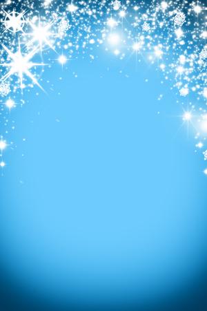 Fondo de la Navidad con la guirnalda luminosa con estrellas, copos de nieve y el lugar de texto. fondo azul brillante día de fiesta con el espacio de la copia. La plata y el oro de fondo Foto de archivo - 66159979