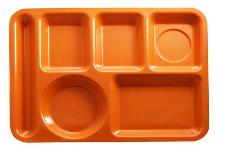 close up food: oranje plastic school lunch lade op witte achtergrond