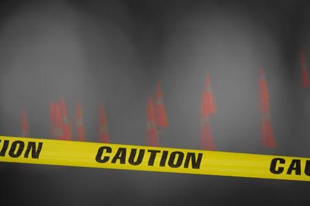 achtung schild: dunkel und neblig Szene Bau gelb Vorsicht Band �ber Ihre Ansicht mit orange Kegel verstreut �ber die im Nebel Lizenzfreie Bilder