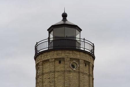 古い灯台はもはや港に船を導く
