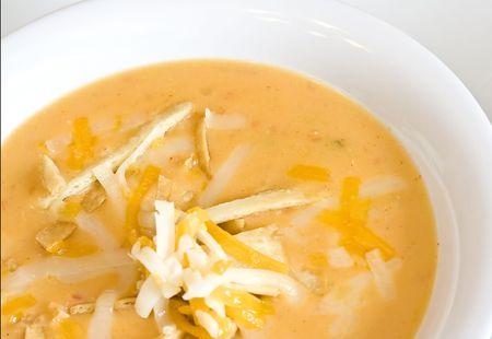 queso rayado: cerca de una c�lida taza de sopa de tortilla picante
