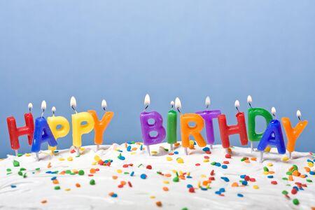 eventos especiales: encendieron velas en un pastel blanco esmerilado fondo azul