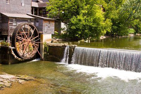 pigeons: ancien moulin � roue � eau Pigeon forger tennessee Banque d'images