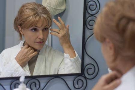 reflexion: la reflexi�n de la mujer que mira en el espejo