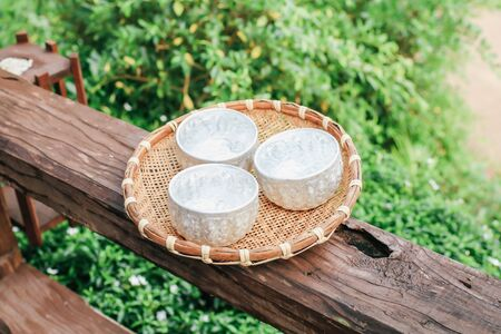 Metal water dipper,metal water bowl for drink on wooden table in restaurant, Thai Thai Antique Aluminum Small Water Bowl , add water and ice Banque d'images