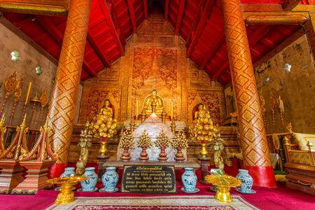 far east: Oro imagen de Buda en Wat Pra Sing templo, Chiang Mai, Tailandia.