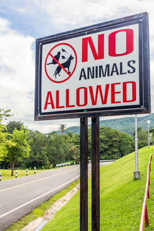 Sign restricting the presence of pets in the area. photo