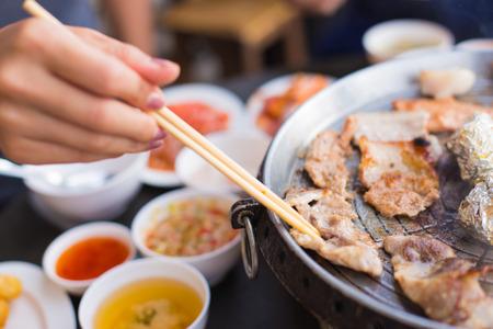 韓国スタイルで豚肉を焼きます。