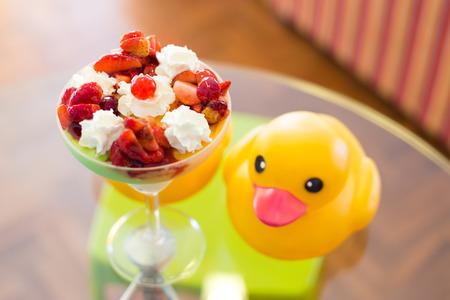 coppa di gelato: sundae alla fragola, gelato.