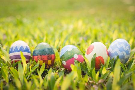 huevo blanco: colorido huevo de Pascua en la pradera de primavera fresca. Foto de archivo