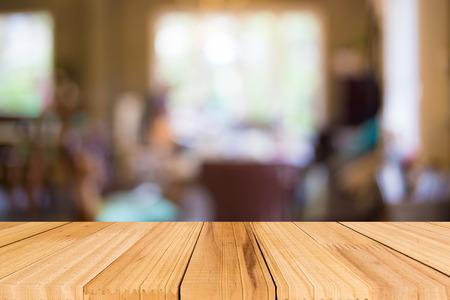 fondo: Enfoque seleccionado vacía mesa de madera de color marrón y Cafetería fondo difuminado bokeh con