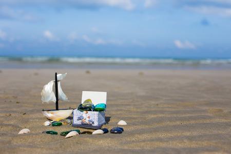 cofre del tesoro: cofre del tesoro y el barco beachHoliday, verano, playa de fondo. Foto de archivo