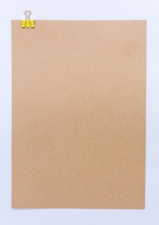 nota de papel: hoja de color marrón de papel para notas y clip de papel Foto de archivo