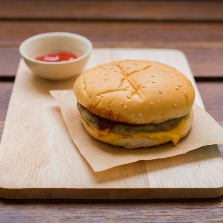 pomme: Delicious hamburger on wood.