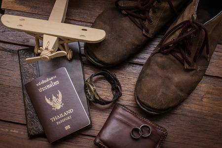 passeport: Thaïlande passeport et voyageur mis sur fond de bois, vintage et style rétro.