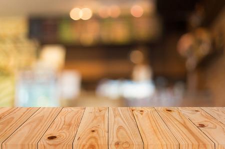 제품 표시 몽타주에 대한 나뭇잎 이미지로 선택한 포커스 빈 갈색 나무 테이블과 커피 숍 배경 흐림. 스톡 콘텐츠 - 44699270
