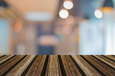 cocina antigua: Enfoque seleccionado vacío marrón mesa y café de madera tienda de desenfoque de fondo bokeh con, para la exhibición de productos de montaje.