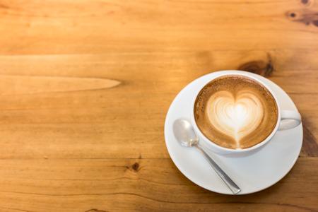 tazas de cafe: Arte caliente Latte café en una taza en la mesa de madera