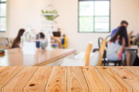 選択したフォーカス空茶色の木製のテーブルとコーヒー ショップは、ボケ画像、製品表示モンタージュを背景をぼかし。