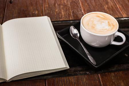 テーブル、ヴィンテージやレトロなスタイルのホットのカフェラテ アート コーヒー カップ。 写真素材