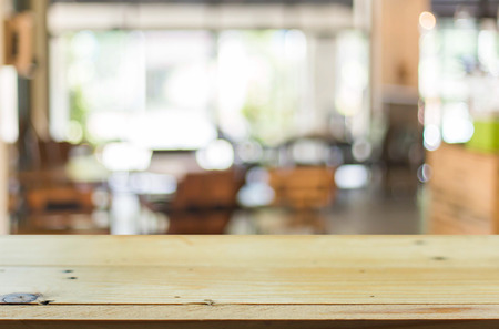 contadores: Enfoque seleccionado vac�o marr�n mesa y caf� de madera tienda de desenfoque de fondo bokeh con, para la exhibici�n de productos de montaje.