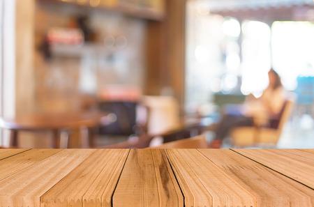 cocina antigua: Enfoque seleccionado vacía mesa de madera de color marrón y Cafetería fondo difuminado bokeh con