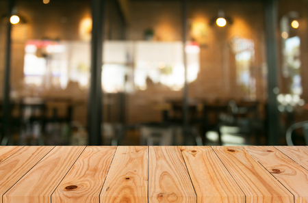 negocios comida: Enfoque seleccionado vacío marrón mesa y café de madera tienda de desenfoque de fondo bokeh con.