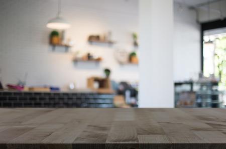 cocina antigua: Enfoque seleccionado vacío marrón mesa y café de madera tienda de desenfoque de fondo bokeh con. para su fotomontaje o exposición del producto.
