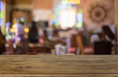 나뭇잎 이미지 선택한 포커스 빈 갈색 나무 테이블과 커피 숍 배경 흐림. 당신의 합성 사진 또는 제품 표시. 스톡 콘텐츠 - 50655190