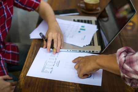 revisando documentos: Empresarios de revisar los documentos en un café al aire libre. Foto de archivo