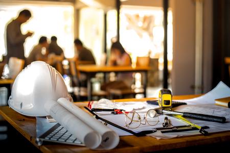 Architekturbüro Schreibtisch Hintergrund Bauvorhabens Ideen-Konzept, mit Ausrüstung mit Bergbaulicht Zeichnung