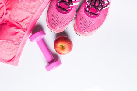 Frauen-Sport-BH, Fuß ware, Hantel und Apfel. Fitness Verschleiß und Ausrüstung. Sportmode, Sportzubehör, Sportausrüstung. für ein gesundes Konzept.