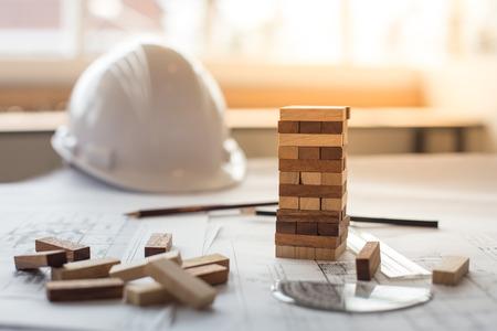 ビジネスまたは建築プロジェクトで木製のブロックのタワー、計画、リスク、戦略を青写真します。 写真素材