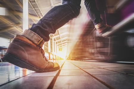 Traveler man lopen en haast om te vangen en gaat naar de trein. Stockfoto