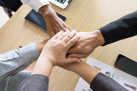 personas trabajando: Negocio de equipo en equipo, Asociación Juntos Concepto. Foto de archivo