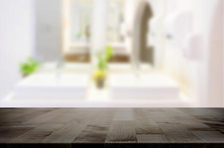제품 표시 몽타주 욕실, 책상을 위해 선택한 포커스 빈 갈색 나무 테이블. 스톡 콘텐츠 - 58743354