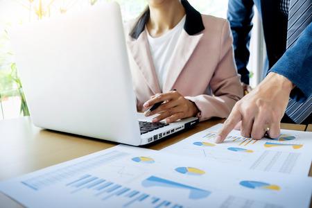Team werkproces. jonge business managers crew werken met nieuwe startup project. laptop op de houten tafel, het typen toetsenbord, sms-bericht, analyseert grafiek plannen.