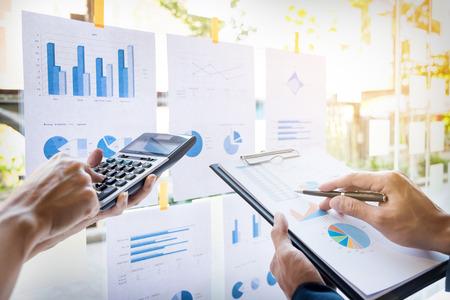 비즈니스 사람 (남자) 재무 관리자 및 비서 만들기 보고서, 계산 또는 균형을 검사합니다. 문서를 확인 국세청 관리자. 감사 개념 스톡 콘텐츠 - 71915584