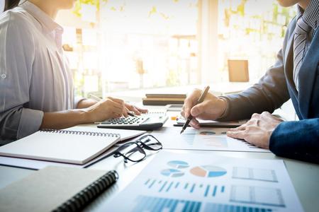 비즈니스 사람 (남자) 재무 관리자 및 비서 만들기 보고서, 계산 또는 균형을 검사합니다. 문서를 확인 국세청 관리자. 감사 개념 스톡 콘텐츠 - 71986257