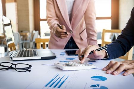 zakenman financiële inspecteur en secretaris maken rapport, de berekening of het controleren balans. Internal Revenue Service inspecteur controleren document. Audit concept.