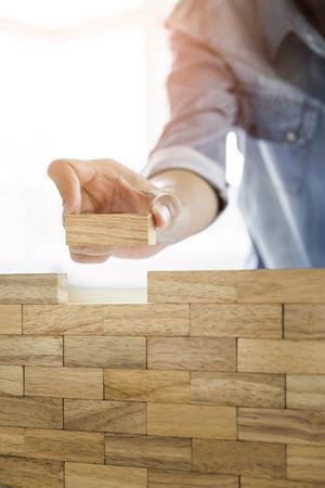 청사진 또는 건축 프로젝트 개념에 블록 나무 타워 게임 (jenga) 엔지니어의 손 스톡 콘텐츠
