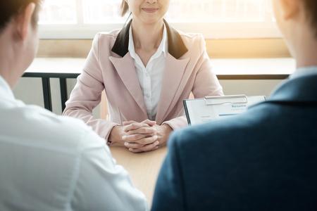 美しい女性と彼女の仕事 (作業) のオフィスでインタビューします。