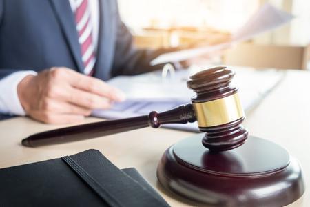 arbitro: Martillo y soundblock para la ley de justicia y abogado de trabajo sobre fondo de escritorio de madera