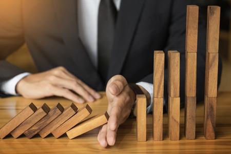 zakenman de hand stop domino continue omgevallen of het risico met copyspace